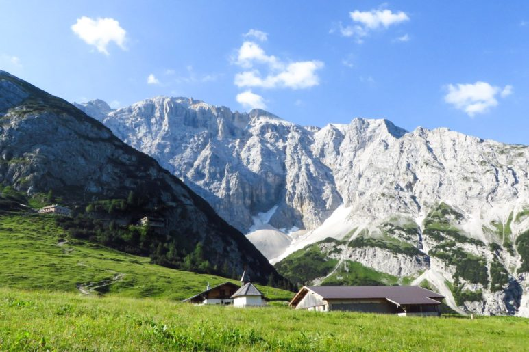 Die Lochalm und das Karwendelhaus vor den Ödkarspitzen