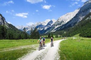 Der Weg durch das Karwendeltal ist eine ideale Biketour