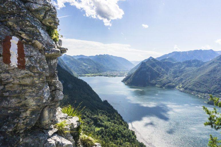 Schon vor dem Gipfelkreuz bietet der Weg tolle Ausblicke auf den Traunsee
