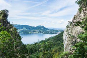 Ein Blick aus der Kaltenbachwildnis auf den Traunsee