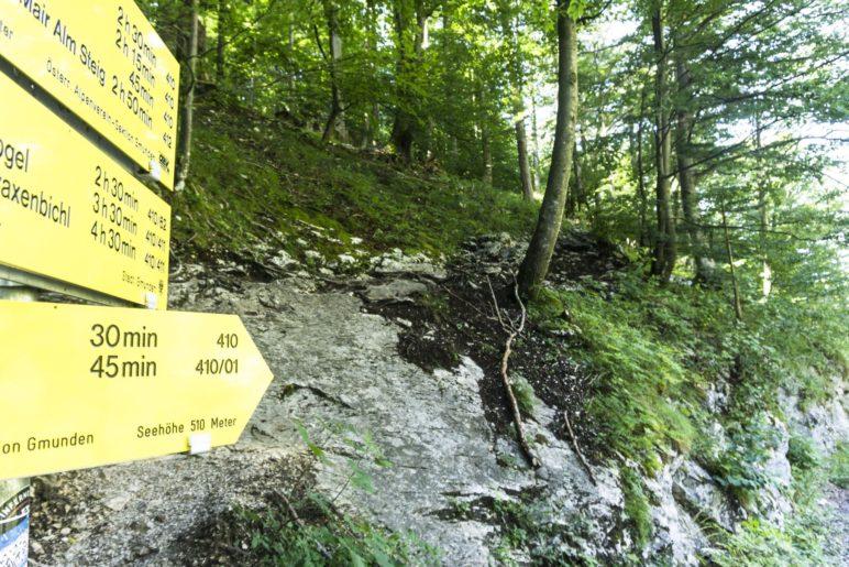 Der Einstieg in den Aufstieg beginnt an dieser Felsplatte