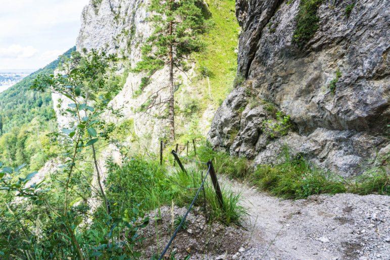 Auf dem gesicherten Weg wandern wir duchr die Kaltenbachwildnis