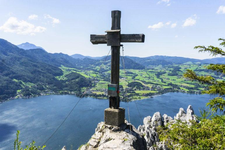 Großartiger Blick auf den Traunsee: Das Gipfelkreuz des Kleinen Schönbergs