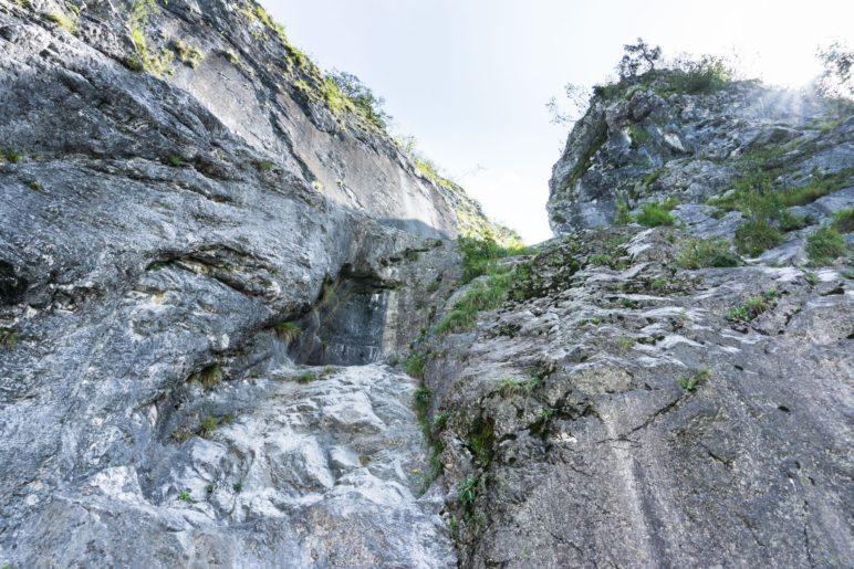 Heute fällt der Wasserfall aus, der Fels ist trocken