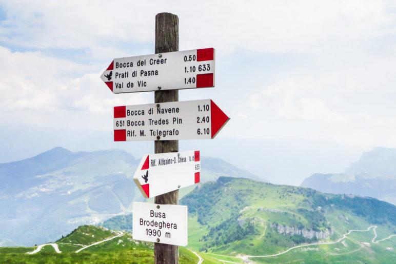 Ein Wegweiser des Sentiero della Pace mit der Friedenstaube. Hier am Monte Altissimo di Nago