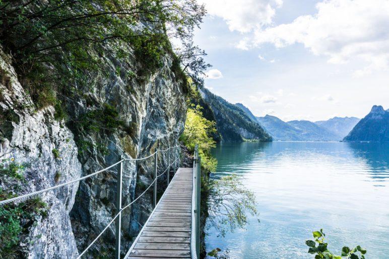 Immer mit dem Fels links und dem See rechts gehen wir auf dem grandios schönen Miesweg