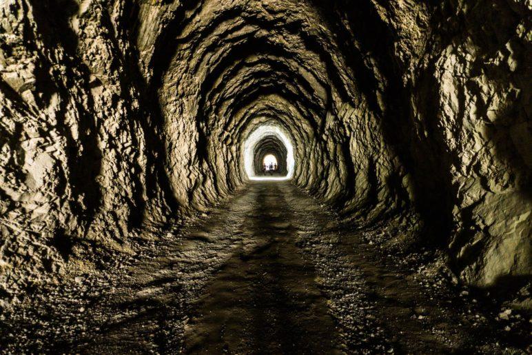 Blick in den Tunnel, der nur von der Sonne und durch ein Tunnelfenster beleuchtet wird