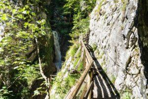 Schmaler Pfad zwischen Klamm und Fels