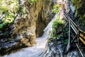 Einer der Wasserfälle in der Klamm. Gut zu sehen ist die Plattform oben