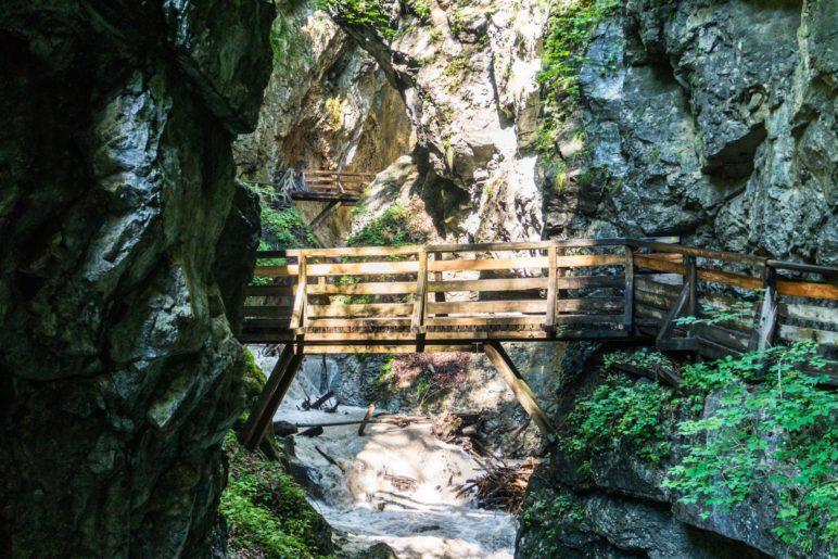 Schon kurz nach dem Beginn der Wolfsklamm überqueren wir die Schlucht zweimal über Holzbrücken