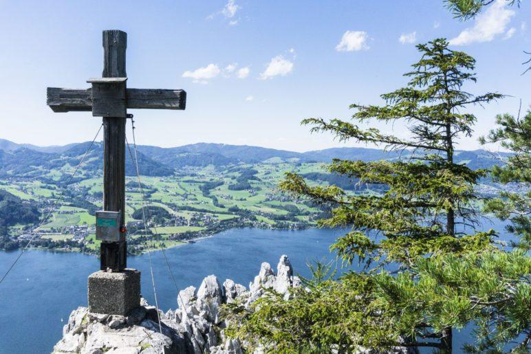 Das Gipfelkreuz des Kleinen Schönbergs über dem Traunsee