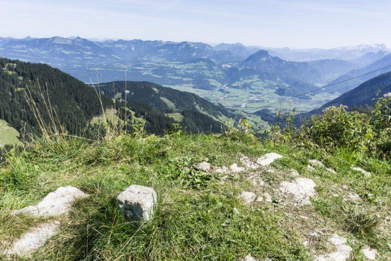 Grenzstein mit Bergblick ins Salzburger Land