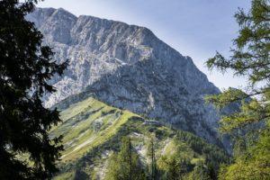 Das Purtschellerhaus vor den Felswänden des Hohen Göll