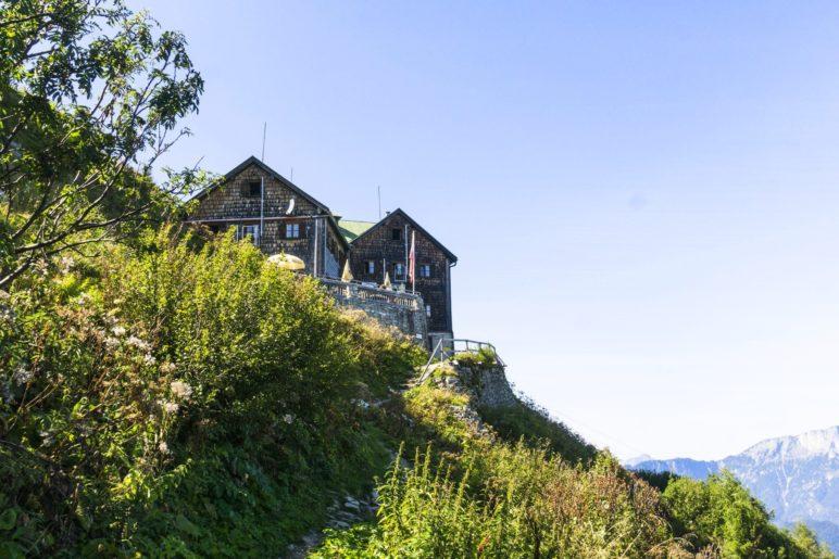 Blick zurück zum Purtschellerhaus auf dem Abstiegsweg