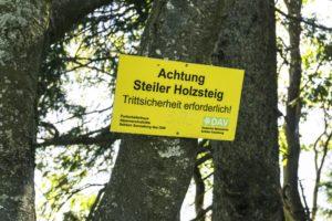 Am Beginn der langen Treppen: Eine Warnung vor dem Holzsteig, der dann aber doch gut zu gehen ist