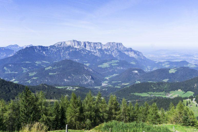 Ausblick auf den Untersberg und die Stadt Salzburg von der bayerischen Terrasse des Purtschellerhauses