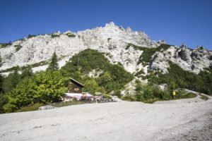 Die Wimbachgrieshütte steht im oberen Wimbachgries unterhalb vom Zirbeneck