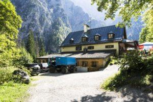 Wir erreichen das Wimbachschloss. Der Bierlaster aus Berchtesgaden ist schon da