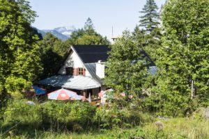 Am Ende des Waldes ist das Wimbachschloss sehr schön gelegen