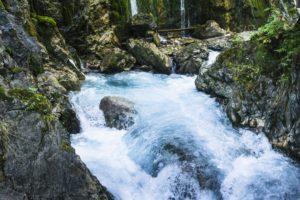 Ein Fels im Wildwasser der Wimbachklamm