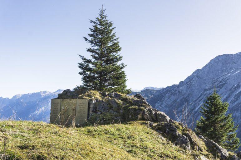 Ein kleiner Bergaltar, ein paar Meter unterhalb des  Ahornbüchsenkopf-Gpfels