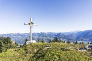Auf dem Gipfel des Ahornbüchsenkopfs. Links ist die Rossfeldstraße zu sehen