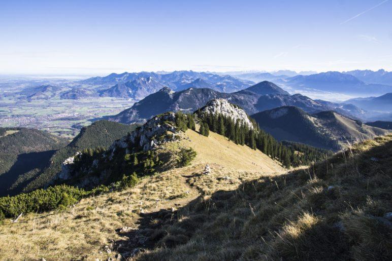 Blick vom Wildalpjoch hiüber zur Käserwand und über das Inntal zu den Chiemgauer Alpen