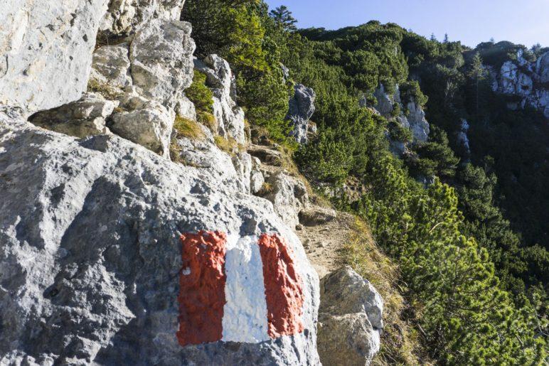Vor dem Beginn des Gratwegs geht es kurz am Fels entlang