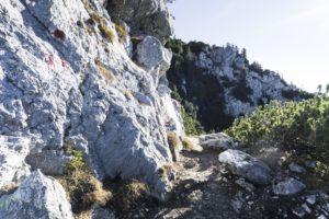 Die kurze Passage am Fels entlang