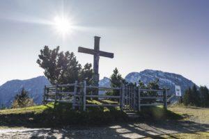 Auch der Panoramaweg hat ein Kreuz, von dem aus man ins Salzburger Land schaut