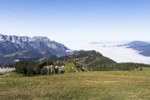 Die Stadt Salzburg liegt an diesem Vormittag im Nebel. Links der Untersberg