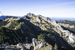 Ein Blick vom Aufstiegsweg hinüber zum Wendelstein