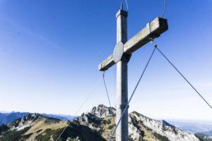 Das Gipfelkreuzdes Wildalpjochs - im Hintergrund ist der Wendelstein