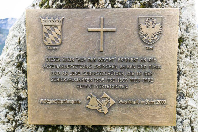 Eine Tafel erinnert an die Bayerischen Gebirgsschüzen, die hier vor 200 Jahren Wache hielten