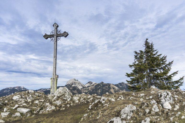 Hoch über Bayrischzell: Das Gipfelkreuz des Seebergskopfs auf 1538 Metern Höhe