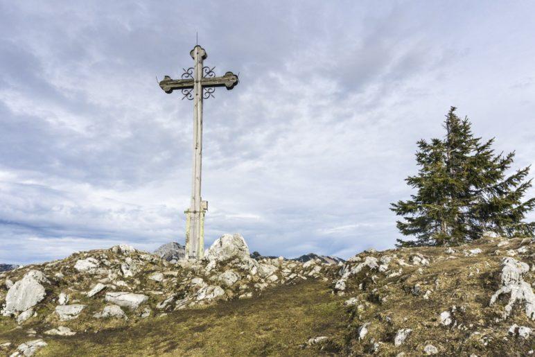 Das Ziel der Wanderung: Das Seebergkopf-Gipfelkreuz auf 1538 Metern Höhe