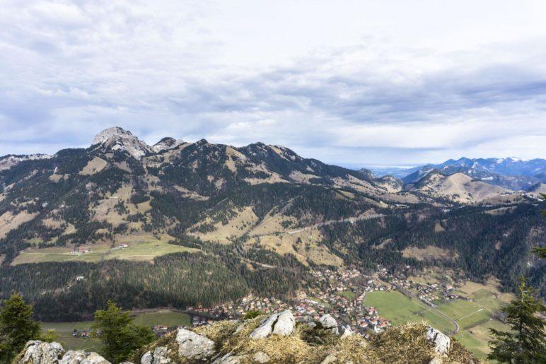 Steil bergab liegt Bayrischzell im Tal. Direkt gegenüber der Wendelstein, rechts liegt der Chiemsee