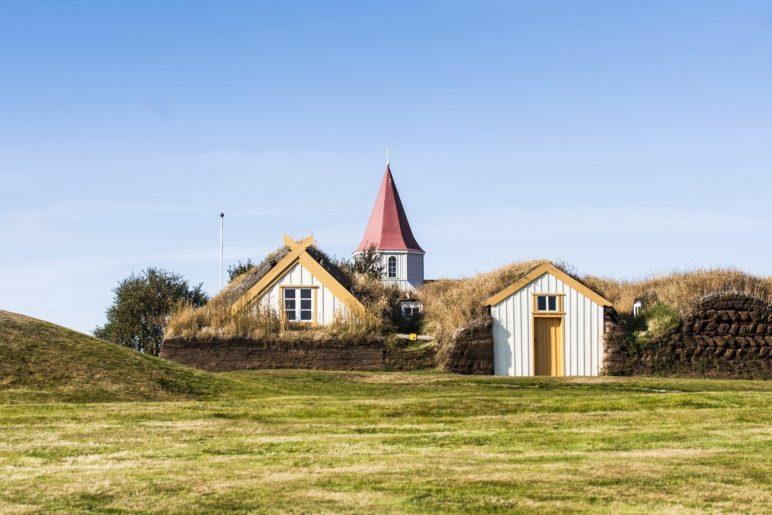 Der Hof Glaumbær duckt sich in die weite Landschaft des isländischen Nordens