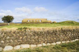 Das lange Haus von Glaumbær, davor eine Umfriedung, ebenfalls aus Torf