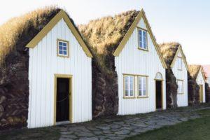 Dicht an dicht stehen die Häuser in Glaumbær und bilden eine Einheit