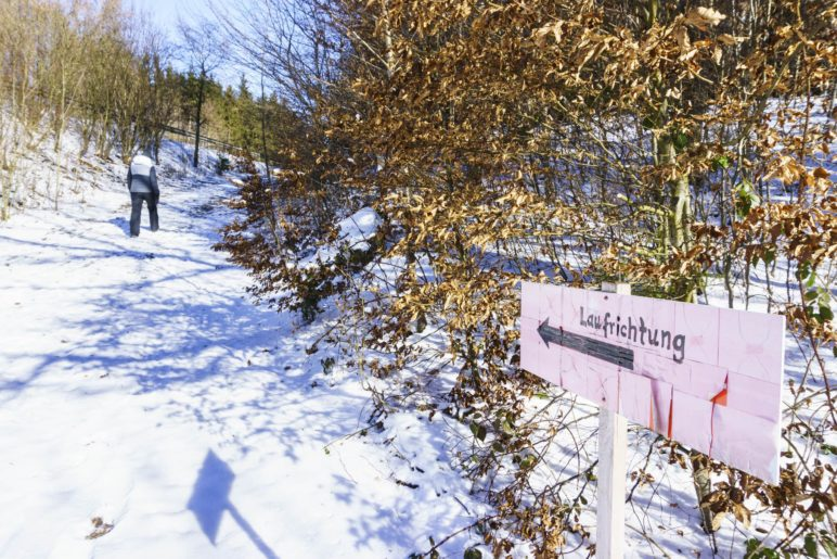 Wanderwegbeschilderung in Signalfarbe