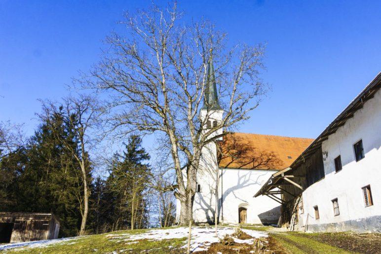 Das Ziel des Toteiskesselwegs: Die Kirche Limberg