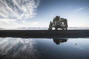 Der Hvítserkur ist bei Ebbe erreichbar, spiegelt sich aber noch im flachen Wasser