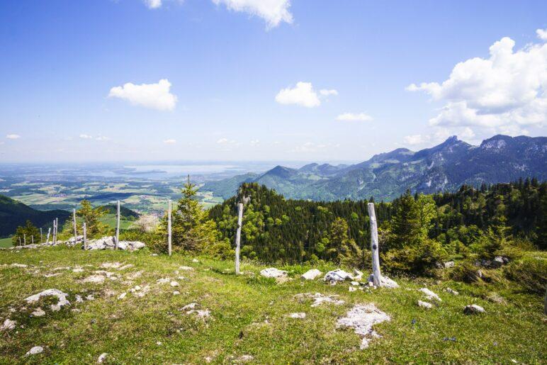Großartiger Ausblick vom Laubenstein-Gipfel auf den Chiemsee und die Kampenwand