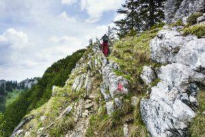 Felsiger Aufstieg über die senkrechten Felsplatten