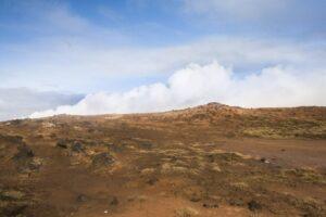 Hinter dem Hügel steigt der heiße Dampf auf