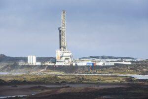 Blick auf die Bauten des Iceland Deep Drilling Project