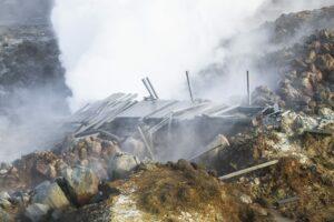 Ein drastisches Zeichen, wie gefährlich Geothermalgebiete sein können: Der alte Steg führt geradewegs ins Erdloch