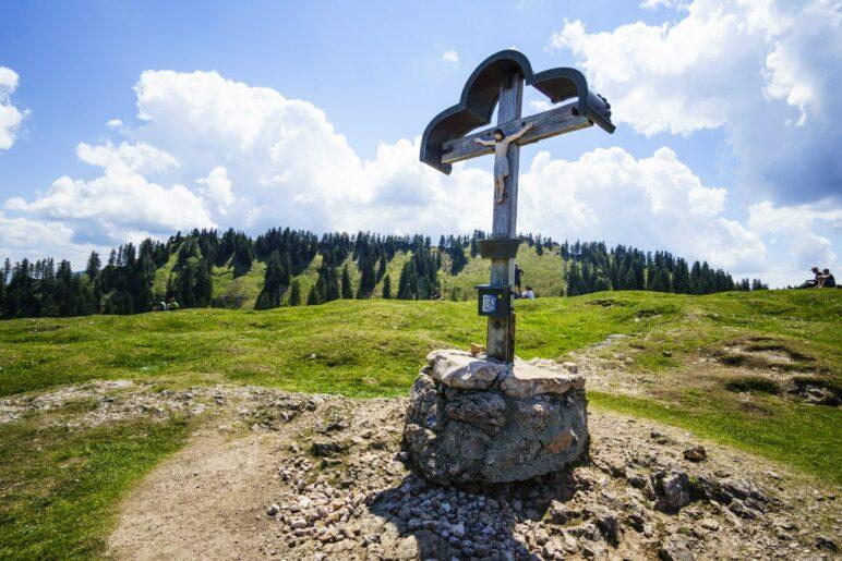 Das Laubenstein-Gipfelkreuz steht mitten auf dem weiten Gipfelplateau, nicht ganz auf dem höchsten Punkt