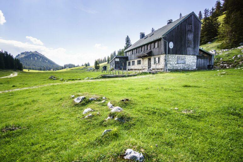 Die Riesenhütte mit ihrer charakteristischen, abgeschnittenen Hausform. Im Hintergrund die Hochries